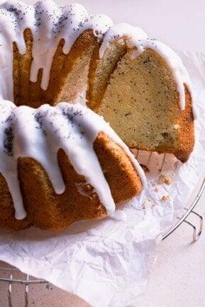 Almond poppy seeds cake